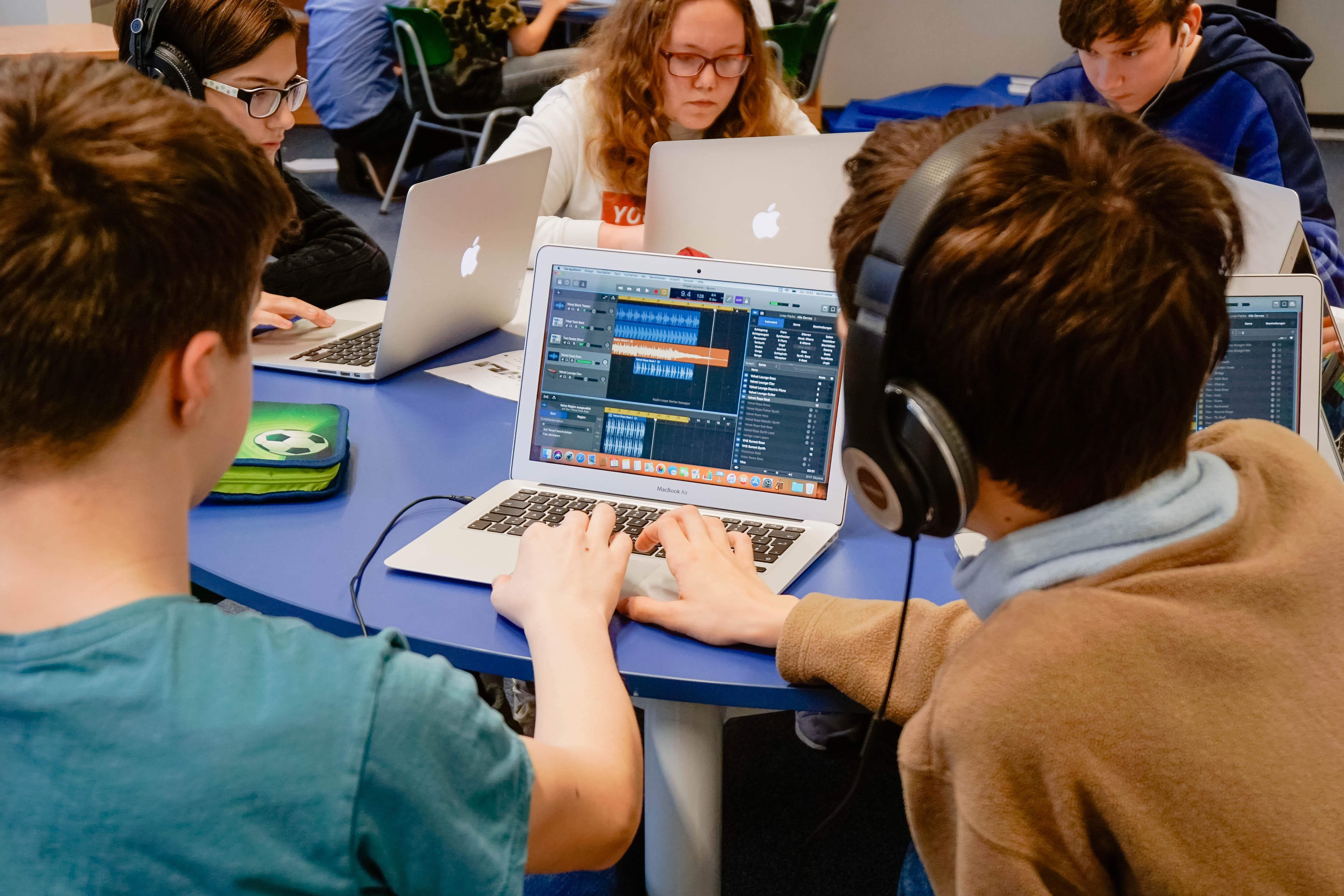 Musikstücke digital spielen und arrangieren